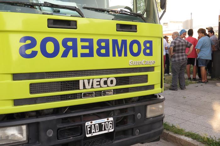 Golpearon a dos bomberos y violentaron un autobomba