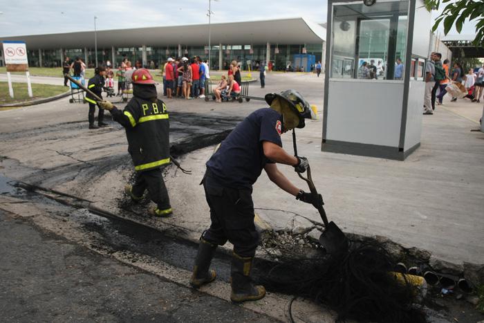 Maleteros bloquearon por tres horas la terminal de ómnibus