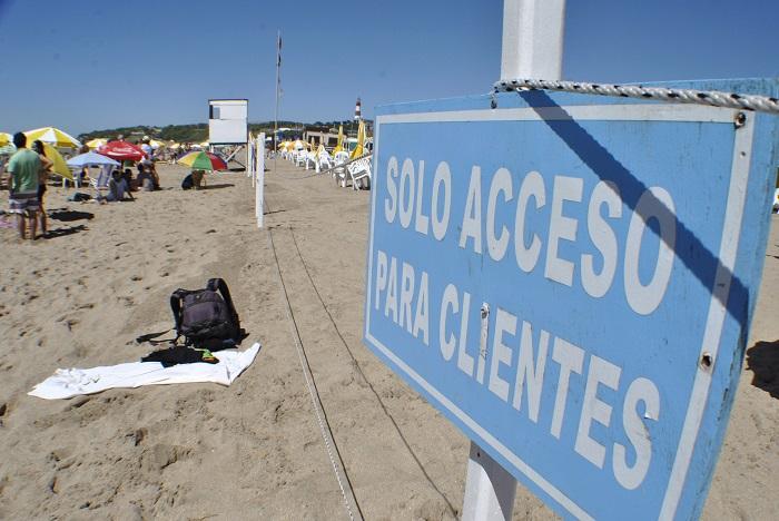 Playas públicas: prohibir el uso de sombrillas, un acto discriminatorio