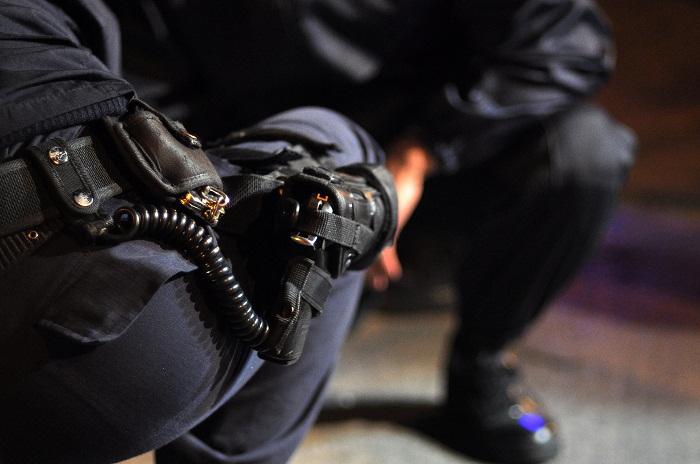 Vio que la policía agredía a tres jóvenes, quiso filmar y le pegaron