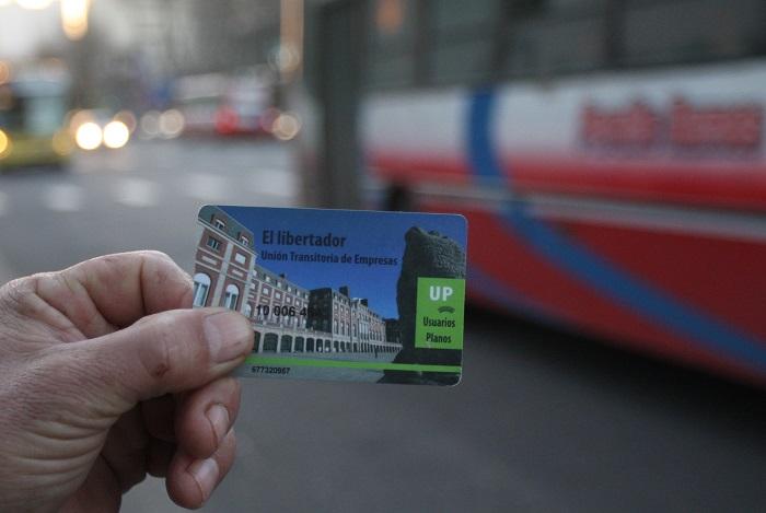 Colectivos: evalúan que la tarjeta pueda cargarse por internet