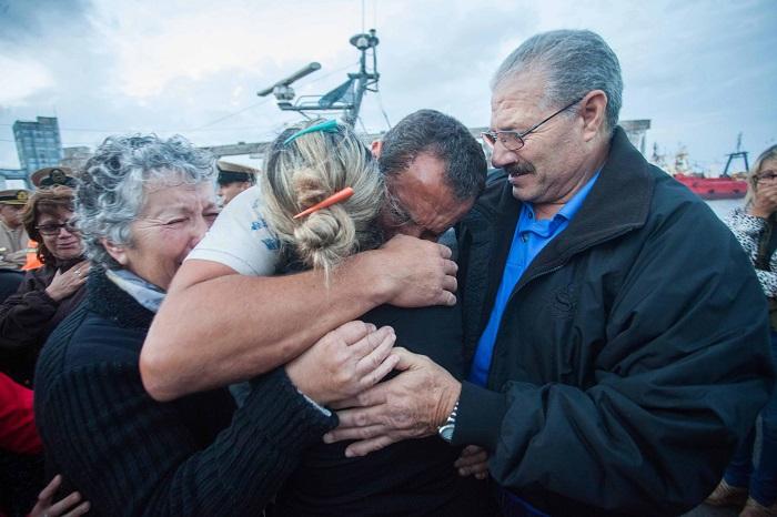 Llegaron los tres tripulantes rescatados tras el hundimiento