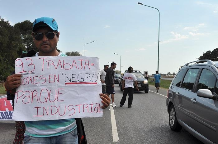 Argen-pesca: los obreros llevaron el reclamo a la Autovía 2