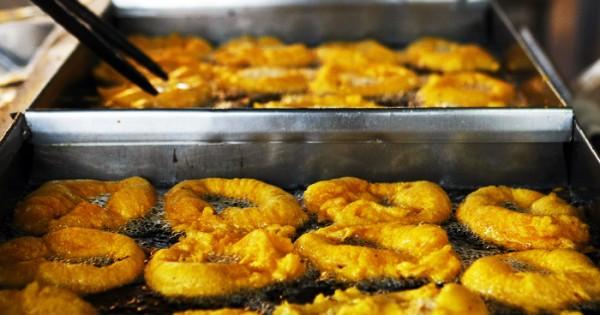 Los valencianos ya venden paella y buñuelos en Plaza Colón