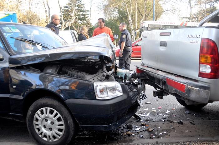 Cruzó en rojo y chocó a una camioneta estacionada