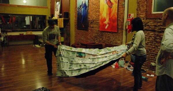 Dormir en la calle: fabrican abrigos con sachets de leche