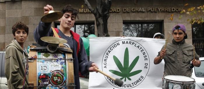 Marihuana: guardaron el paragua y marcharon por la legalización