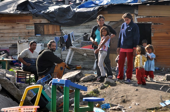 Vivir en la pobreza: quince nenes, cinco adultos y dos casillas