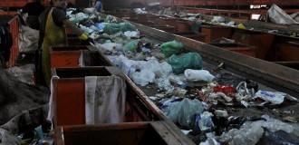 Buscan que las boletas municipales informen sobre la separación de residuos