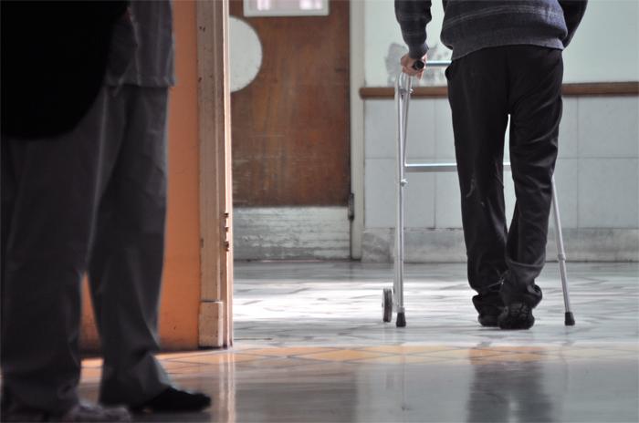 Residencias de adultos mayores advierten dificultades en el acceso al sistema de salud