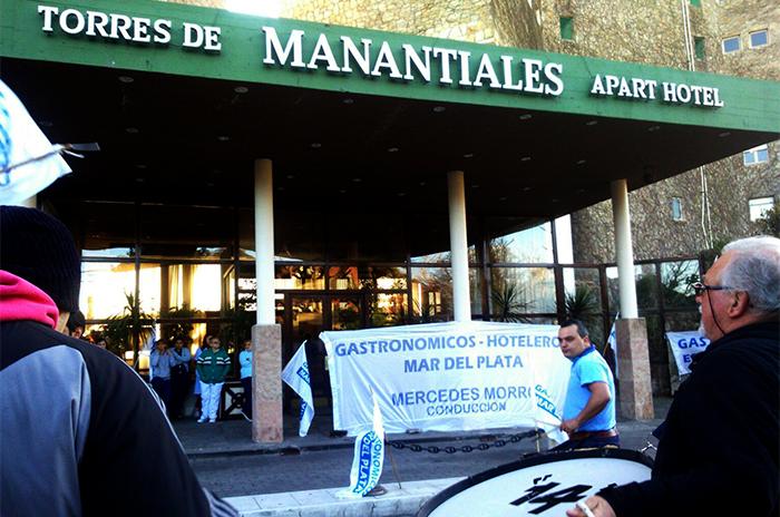 Escrachey protesta por despido en Torres de Manantiales