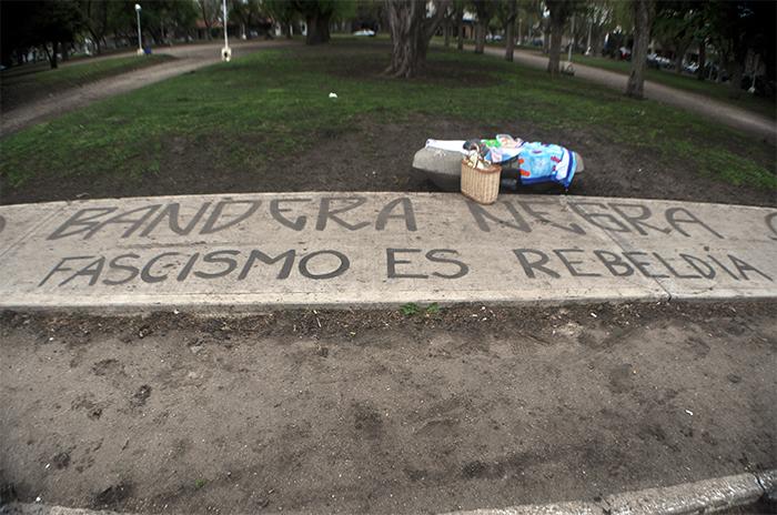 Plaza Pueyrredon (3) bandera negra fascistas