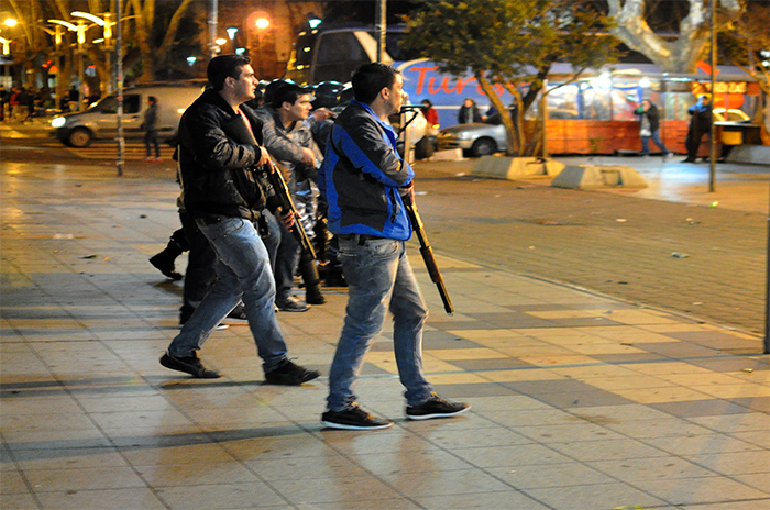 Incidentes y represión en la Catedral: desafectaron a dos policías