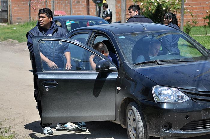 Policía atropellado: sigue grave y continúa la búsqueda del prófugo