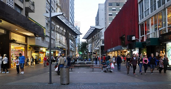 Arte callejero en la Peatonal: tensión con inspectores y policías