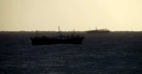 Puerto cerrado y barcos que esperan que pase el temporal