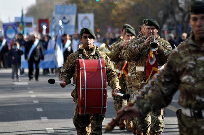 Revolución de Mayo: desfile, banderas y color en el centro