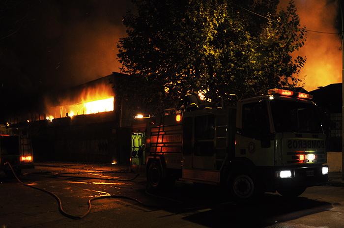 Voraz incendio en un mayorista de productos de limpieza