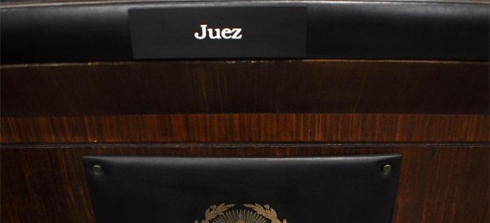 La corte suspendi al juez que amenaz a polic a en un for Juzgado de dolores