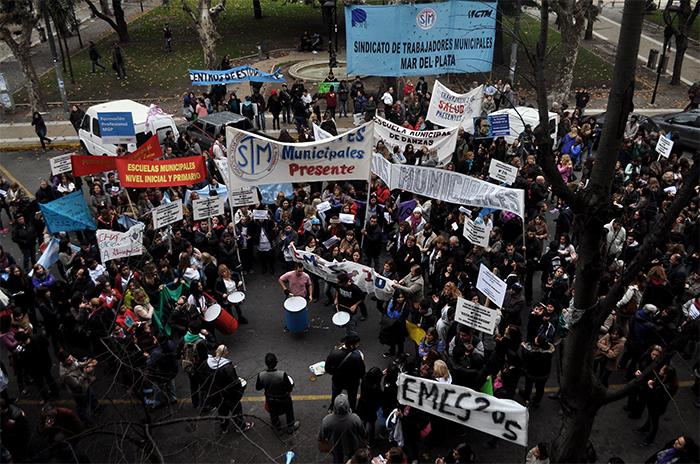 Docentes municipales marcharon contra Crovetto