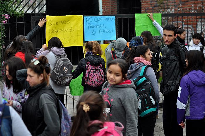 """Escuelas en crisis: """"Venimos a estudiar y nos morimos de frío"""""""