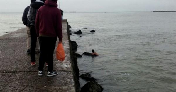 Se resbaló en la escollera, cayó al mar y la rescataron