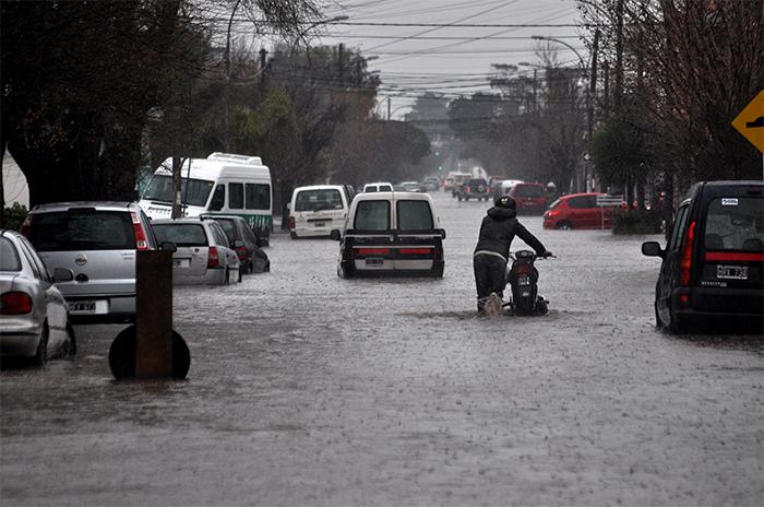 Por la lluvia, calles anegadas, zonas inundadas y autos varados