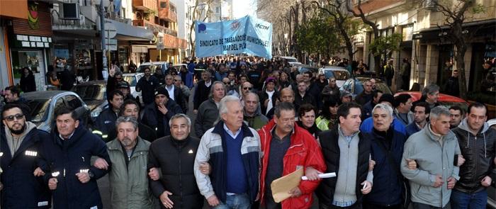 Salarios desdoblados: masiva marcha de los municipales