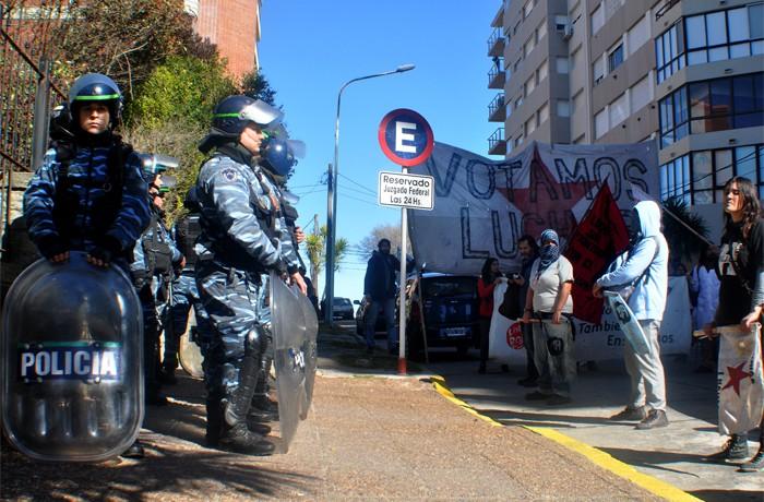 VOTAMOS LUCHAR PROTESTA JUEZ LOPEZ CORREPI INCIDENTES MACRI  (1)