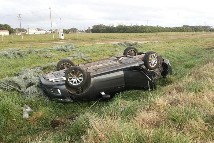 Perdió el control, cruzó de carril y volcó: tres personas heridas