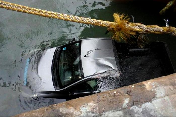 Temporal: una camioneta se cayó al mar en el Puerto