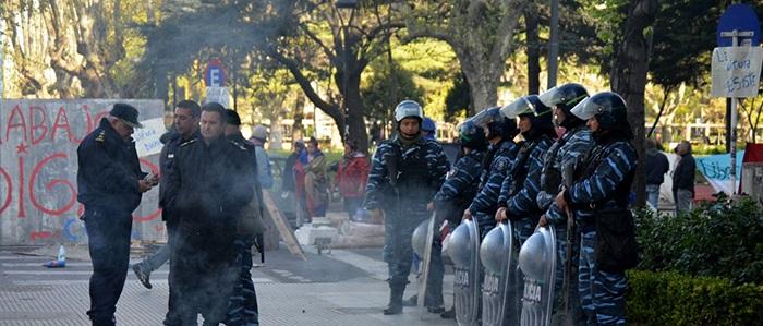Protesta, quema de gomas y tensión frente a la Municipalidad