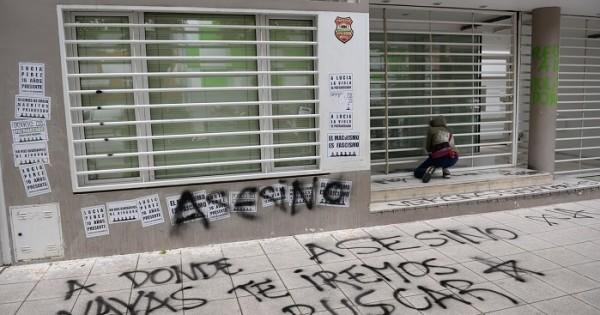"""Escrachan la escribanía Offidani: """"Violadores, asesinos, narcos"""""""