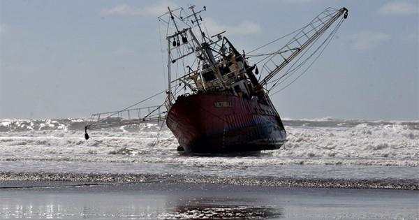 Encalló un barco en Playa Grande: la tripulación está bien
