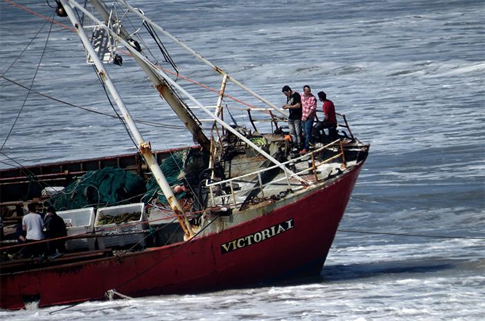 Tres marineros pasaron la noche en el buque encallado