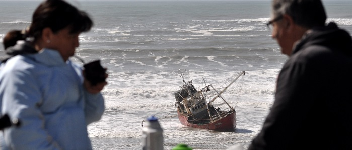 La atracción del día: el buque encallado en Playa Grande