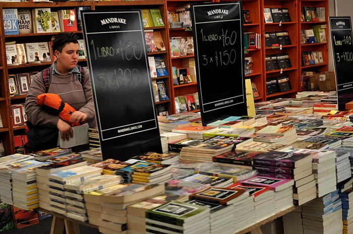 Cultura en la Feria del Libro: stand vacío, reflejo y escrache