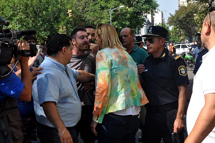 Suba del boleto: agrupaciones sociales protestaron entre insultos a Baragiola