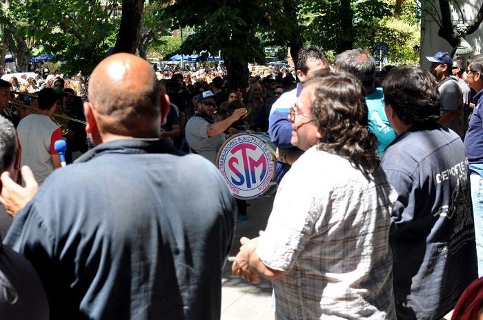 Municipales: ruidosa protesta y reunión con Arroyo