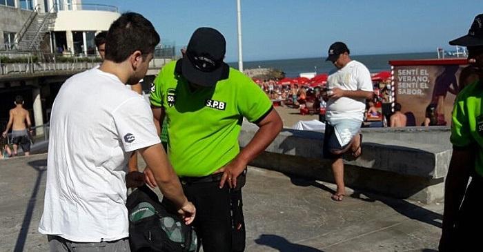 La Defensoría del Pueblo exige que la policía no revise bolsos