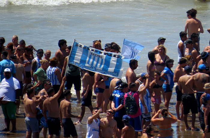 LA BARRA DE RACING EN LA PLAYA (1)
