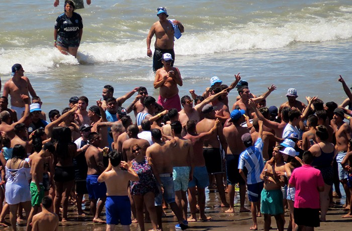 LA BARRA DE RACING EN LA PLAYA (5)