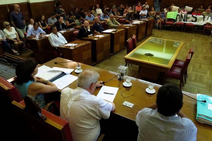 El agua subirá un 40%: 14 concejales votaron a favor