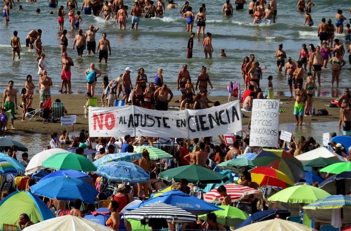 PROTESTA PLAYA CONICET AJUSTE CIENCIA 01