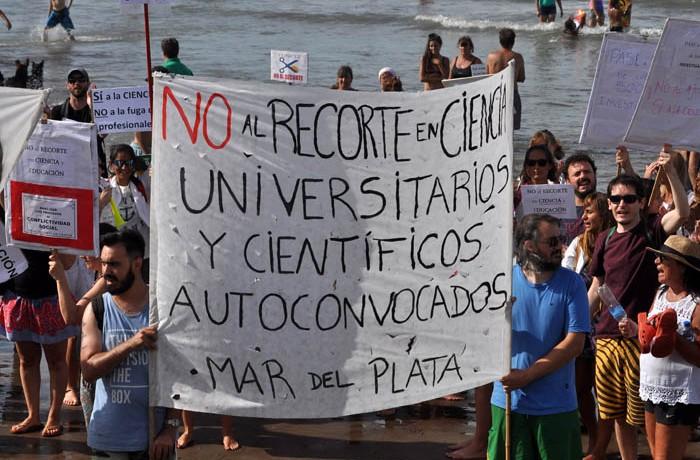 PROTESTA PLAYA CONICET AJUSTE CIENCIA 02