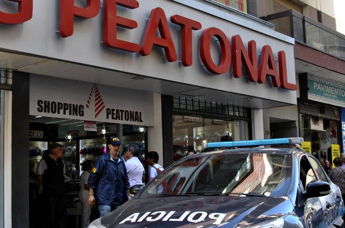 La Policía Federal allanó puestos del shopping Peatonal