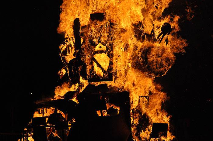 Ardió el monumento de la Falla Valenciana dedicado a la basura
