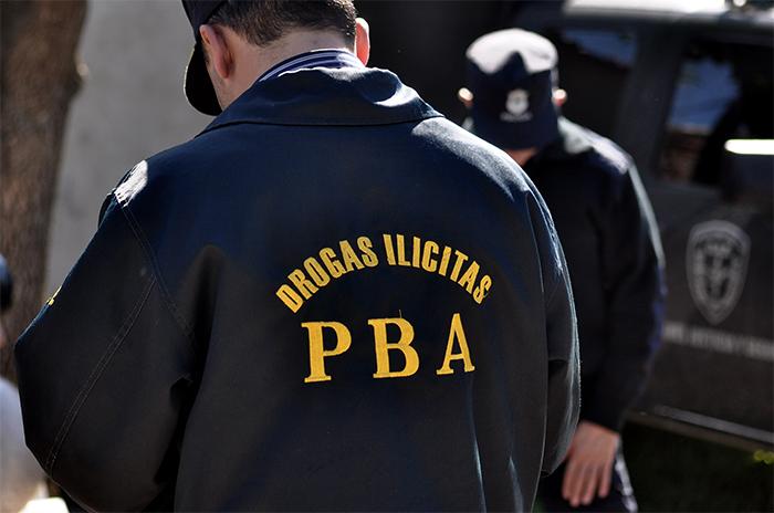 Detienen a padre e hijo por vender droga a metros de una escuela
