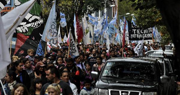 Masiva marcha de organizaciones sociales tras el temporal