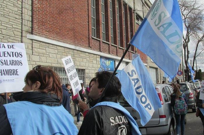 Docentes privados reclaman contra los descuentos por día de paro